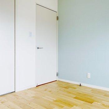 〈洋室〉水色に白色、そして無垢床の相性の良さ…さわやかな色合い。寝室にぴったりです。