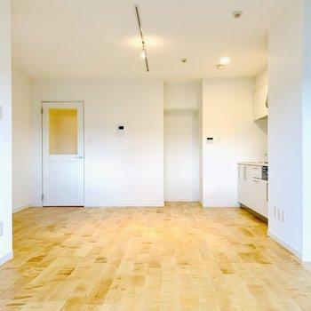 白基調のお部屋に無垢床の温かみ、なんてすてきなコラボレーション…!
