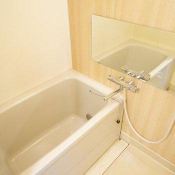 【完成イメージ】お風呂は木目でほっこり。ミラー大きく。