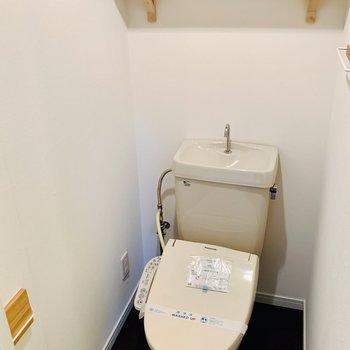 ウォシュレット付きのトイレ。小物たちは新品に◎上の棚がかわいい!