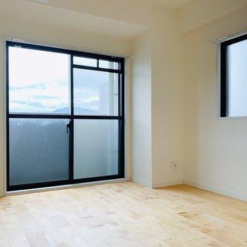 〈洋室〉5.5帖なのでダブルベッドも置けちゃう!こちらも2面に窓があって嬉しいな。