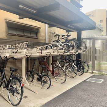 自転車置き場も建物横にありました