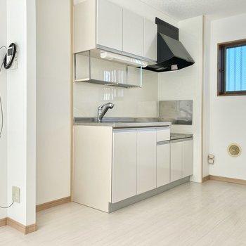 冷蔵庫はキッチン横に。大きめのサイズも入りそうですよ。