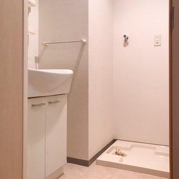 キッチン向かいに脱衣所。1人暮らしでもやっぱりあると安心です。(※写真は清掃前のものです)