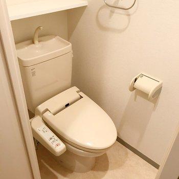 トイレはウォシュレット付き!棚が便利なんだよな〜(※写真は清掃前のものです)