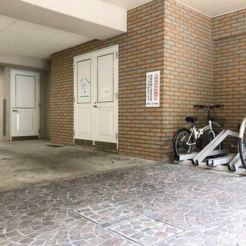 駐輪場は1階。ゴミ置き場も扉の中で綺麗が保たれています。