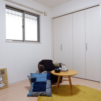 【洋室5.2帖】腰窓になっていて、下にインテリアも配置しやすいですね。※インテリアはサンプルになります