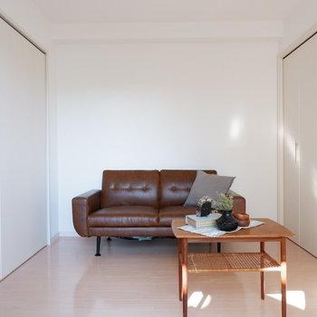 【洋室5.6帖】リビングとしてソファを置いてもいいな。※インテリアはサンプルになります