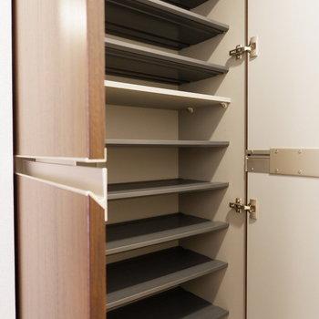 シューズボックスは大容量サイズ。