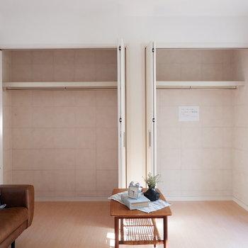 【洋室5.6帖】丈の長い衣類もすっぽりと入ります。※インテリアはサンプルになります