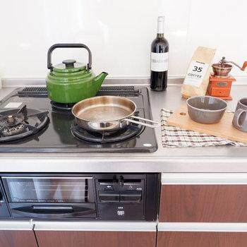 【DK】グリル付きの3口コンロで同時調理も簡単に。※インテリアはサンプルになります