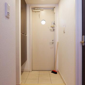 廊下に出て、右にあるもう1つの洋室へ。※インテリアはサンプルになります