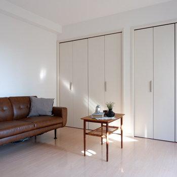 【洋室5.6帖】壁一面に広がる、大きな収納を開けてみましょう。※インテリアはサンプルになります