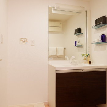 鏡の大きな洗面台で、朝の準備もテキパキと。