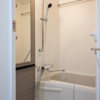 お風呂には大きなミラーが付いていますよ※写真は前回募集時のものです