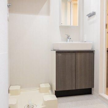 コンパクトな洗面台と洗濯機置き場。※写真は前回募集時のものです