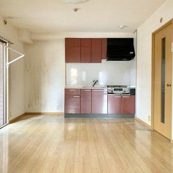 キッチン横に冷蔵庫を置くスペース確保◎(※写真は清掃前のものです)