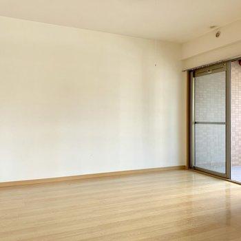 こちら洋室。壁寄せでベッドかな。(※写真は清掃前のものです)