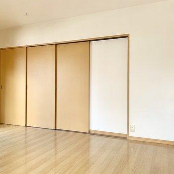 LDKと洋室は3枚の引き戸で仕切るタイプ。(※写真は清掃前のものです)
