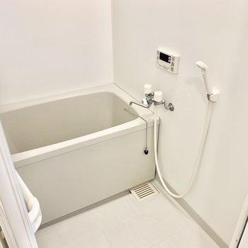 シンプルなお風呂はシャンプーラックなどを買い足しましょう◎