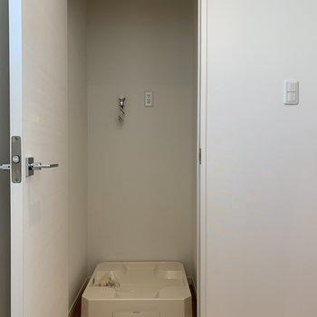 右側の扉内は洗濯機置場。