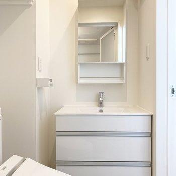 脱衣所、洗面化粧台も一つの空間に。