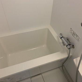 お風呂はシンプル。浴室乾燥機付いてます。