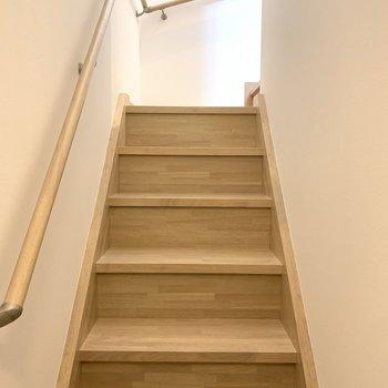 玄関から振り返ると階段が延びています。