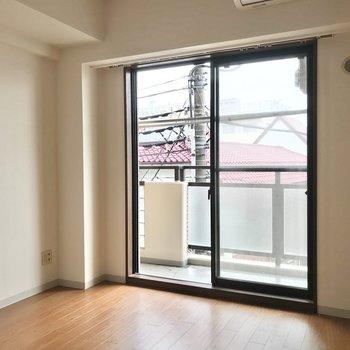 反対側になる窓の左側にはテレビが置けそう