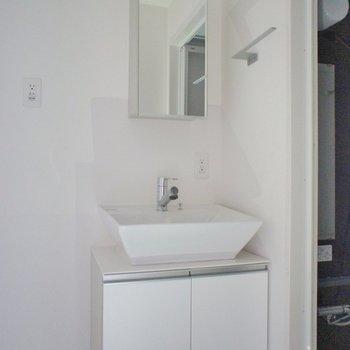 洗面台もシンプルにおしゃれに。※写真は同タイプの別部屋