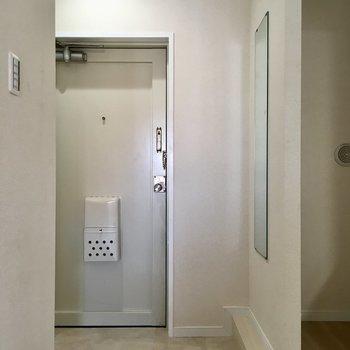 玄関には全身鏡が。お出かけ際のチェックに◎