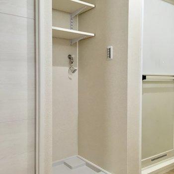 洗濯機置場には洗剤やタオルがしまえます。