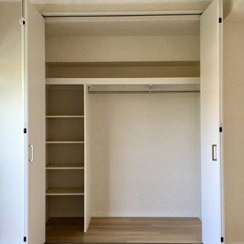 クローゼットは棚があるのが便利。