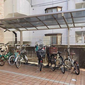駐輪場は屋根付きで雨に濡れません。