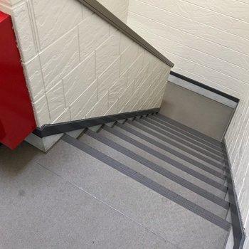 この階段をのぼって2階へ。