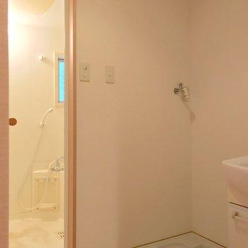 お風呂には窓があります。(※写真は清掃前のものです)