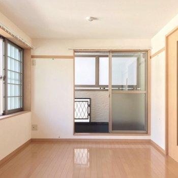 バルコニーは正面ではなく、側面に。寝室兼書斎にできる広さがしっかり。(※写真は清掃前のものです)