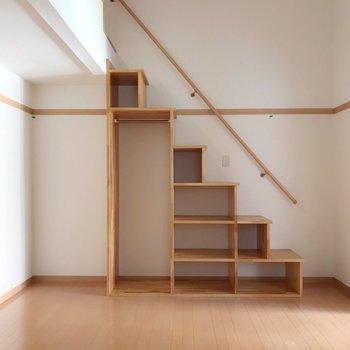 階段は収納も兼ねています。お洒落に並べて。(※写真は清掃前のものです)