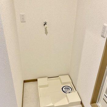 バスルーム入り口に洗濯機を置けます。