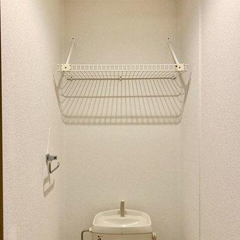 トイレの上にラックあります。