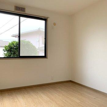間取り図左の洋室。エアコン設置可、テレビも置けます◎