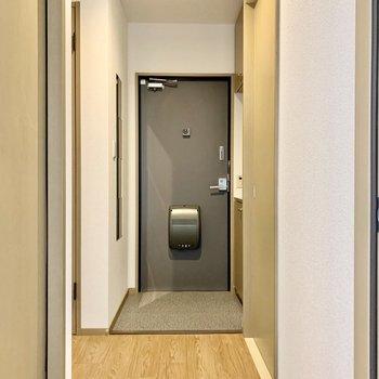 玄関扉には施錠したかひと目でわかるランプがついてます。