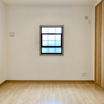 間取り図真ん中の洋室。エアコン設置可、テレビも置けます。