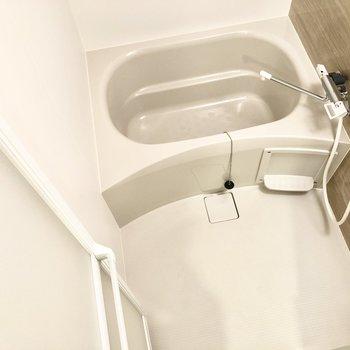 お風呂場もキレイです。ゆったりお湯に浸かりたいですね〜。※写真は1階の反転間取り別部屋のものです