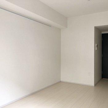 ピクチャーレールが付いているこちらの壁にベッドをくっつけて置きたい!※写真は1階の反転間取り別部屋のものです