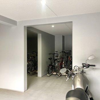 バイク置き場と自転車置き場があります。