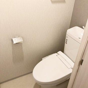 トイレは個室でウォッシュレット付きです。※写真は1階の反転間取り別部屋のものです