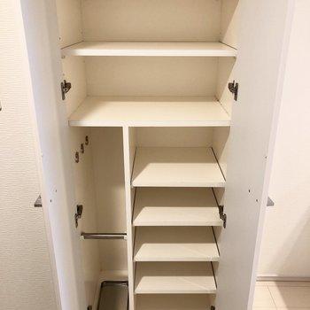 靴箱に傘も収納できます。※写真は1階の反転間取り別部屋のものです