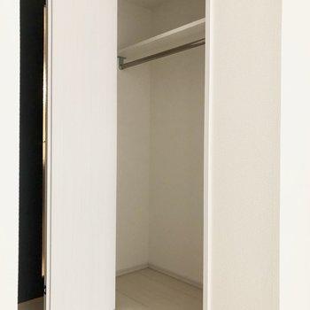洋服をかけて収納できます♩※写真は1階の反転間取り別部屋のものです