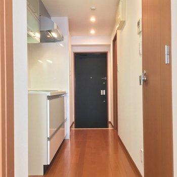 続いてはキッチン!ダイニングから扉を開けて行ってみよう※写真は3階の同間取り別部屋のものです